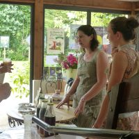 Stand de gâteaux et boissons avec Cynthia Martou et Camille Hery