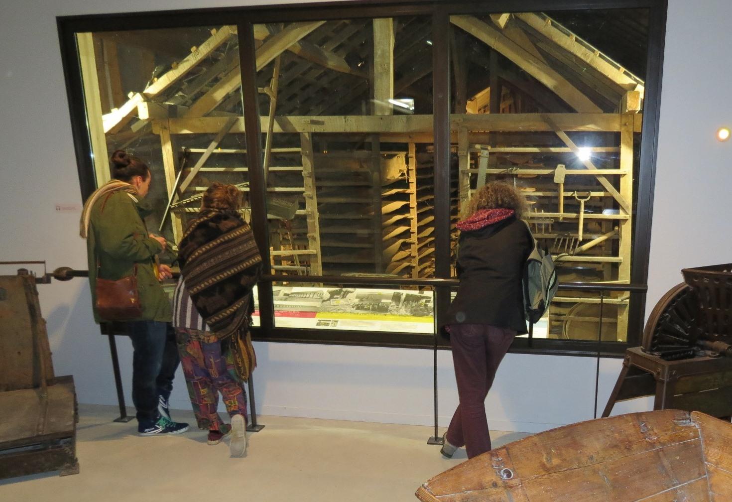 Musée 8 octobre : vitrine séchoir ancien